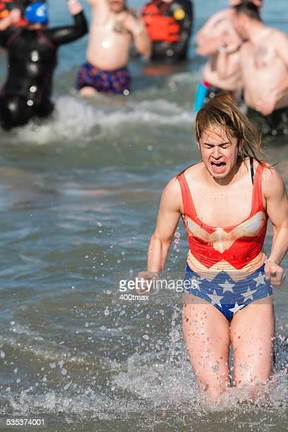 polar de inmersión - la mujer maravilla fotografías e imágenes de stock