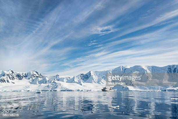 a polar research vessel in the antarctic. - poolklimaat stockfoto's en -beelden