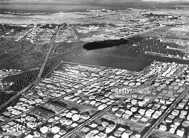 Polarfahrt des 'Grafen Zeppelin'Die Holzstapel bei Archangelsk mit demSchatten der 'Grafen Zeppelin'