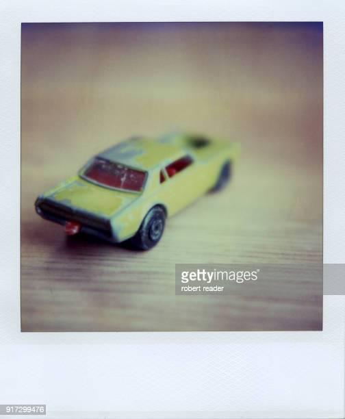 polaroid photograph of green toy car - objet vert photos et images de collection