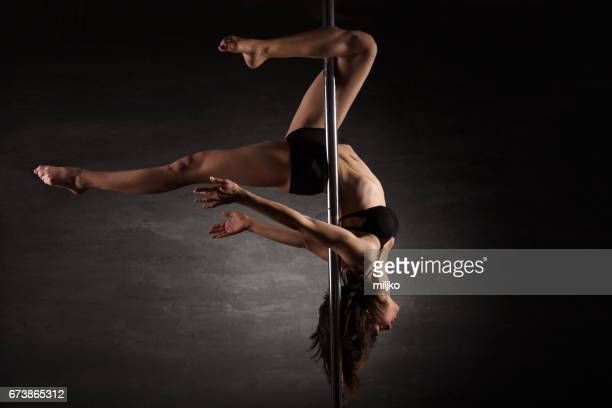 pole dance - pole dance photos et images de collection