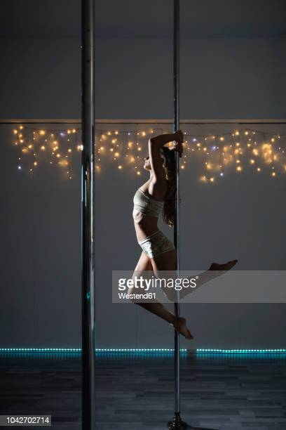 pole dancer during a performance - pole dance photos et images de collection