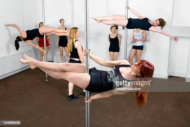 pole cours de remise en forme - pole dance photos et images de collection