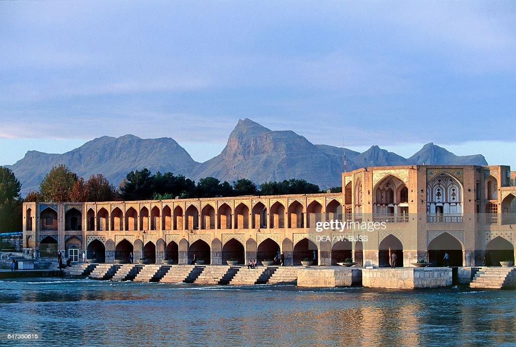 Pol-e Khaju, Khaju Bridge on the River Zayandeh : ニュース写真
