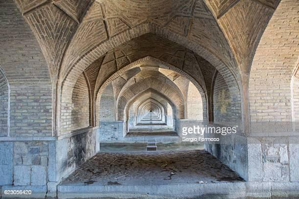pol-e si-o-seh, isfahan, iran - ザーヤンド川 ストックフォトと画像