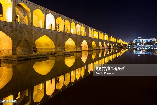 pol-e si-o-seh, isfahan - ザーヤンド川 ストックフォトと画像