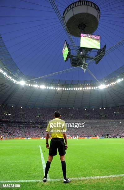 FUSSBALL EUROPAMEISTERSCHAFT Polen Russland Deniz Aytekin in seiner Funktion als Torrichter in Stadion von Warschau