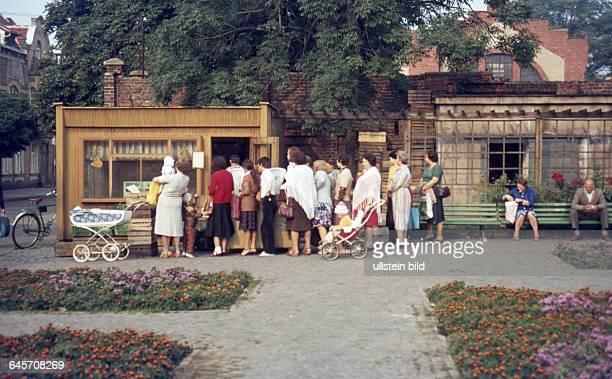 Polen Stettin ca 1980 Innenstadt Schlange stehen am Verkaufsstand für frisches Obst und Gemüse