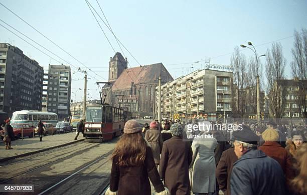 Polen Stettin ca 1980 Innenstadt Strassenbahn im Hintergrund die Jacobikirche
