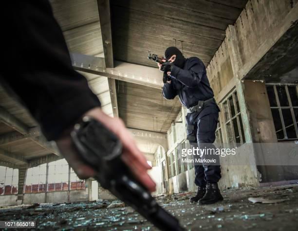 警察アクション - 人質のリリース - 銃撃事件 ストックフォトと画像