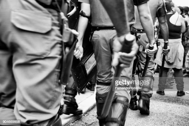 polícia e bastões - força policial - fotografias e filmes do acervo