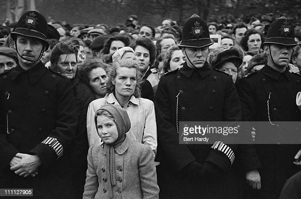 Police and crowds outside Buckingham Palace in London during the wedding of Princess Elizabeth and Philip Mountbatten Duke of Edinburgh 20th November...