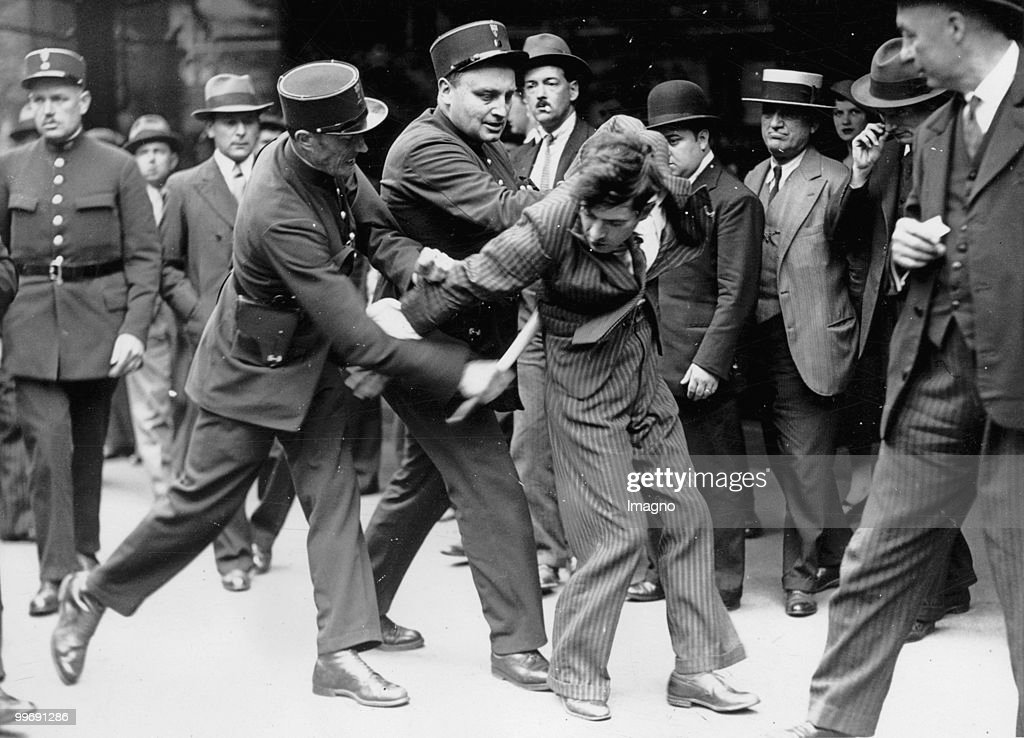 L'Urbex Police-arresting-demonstrator-paris-around-1930-picture-id99691286