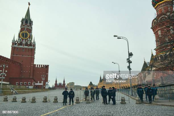 police blocked the entrance to red square - russian culture stock pictures, royalty-free photos & images