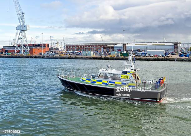 bateau de police au port de portsmouth - portsmouth hampshire photos et images de collection