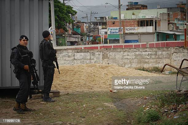 CONTENT] Police BOPE make police raid on a military occupation for installation of the Police Pacification Unit the Complex of Slums Manguinhos...