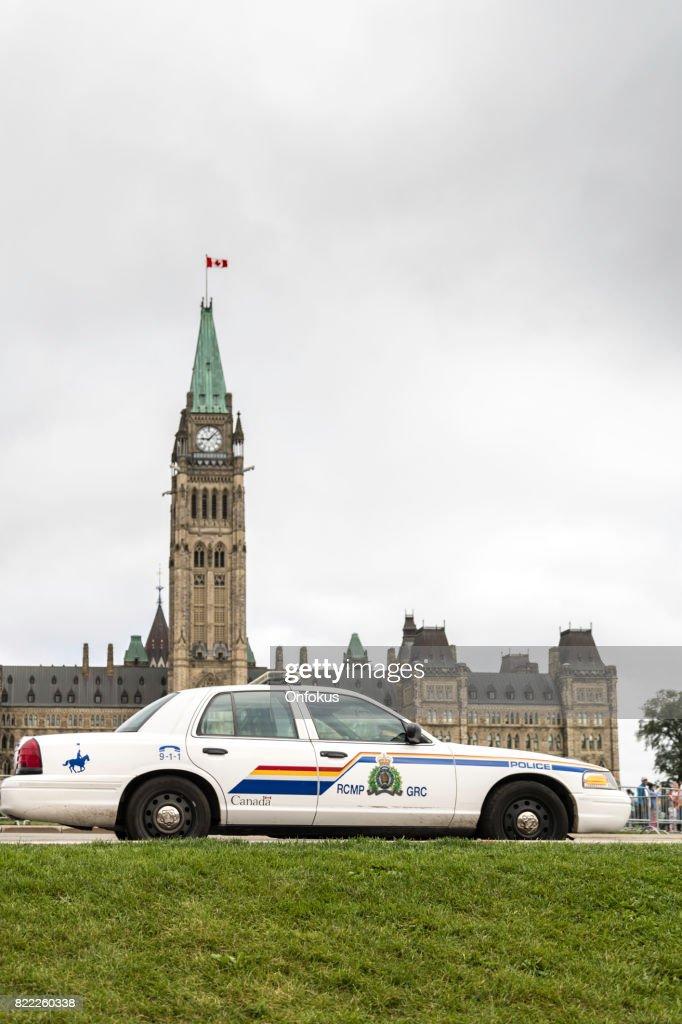 RCMP polícia automóvel em frente à Canadian Parlamento, Ottawa : Foto de stock