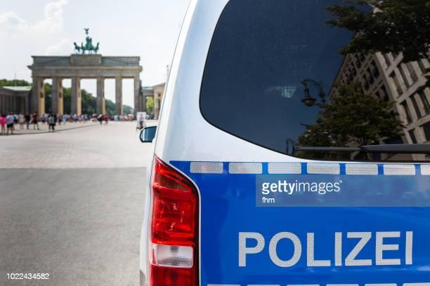 police car in front of the brandenburg gate (brandenburg gate) - (berlin, germany) - porta cittadina foto e immagini stock