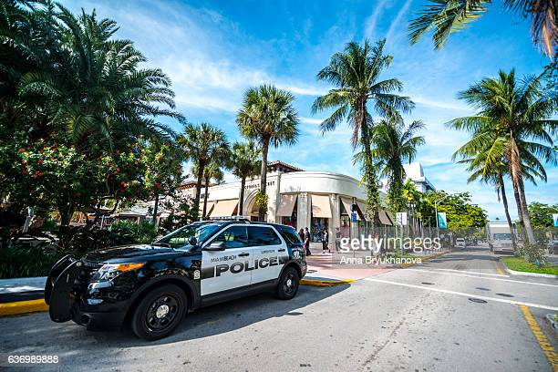 police car on lincoln road mall, miami beach - lincoln road stock pictures, royalty-free photos & images