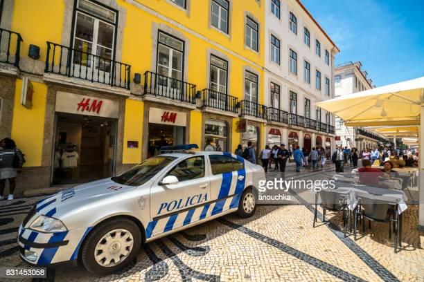 coche de policía estacionado en la famosa rua augusta lleno de turistas en lisboa, portugal - rua fotografías e imágenes de stock