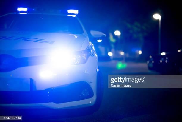police car with emergency lights on - força policial imagens e fotografias de stock