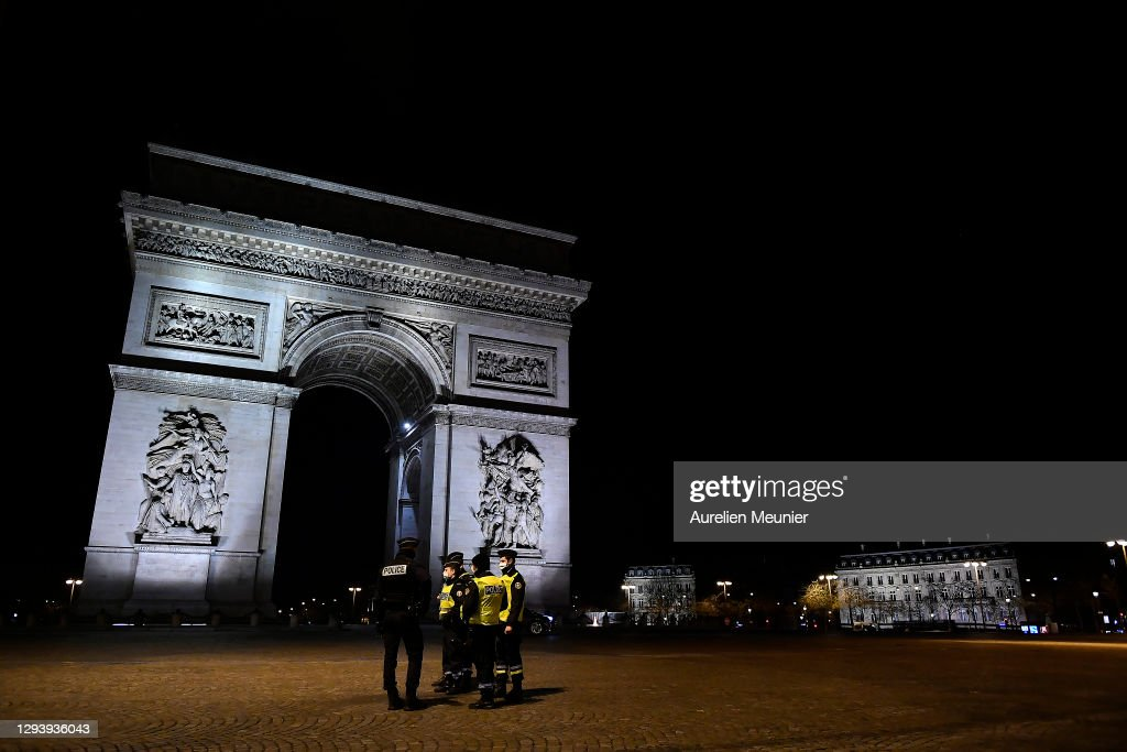 New Year's Eve In Paris During The Covid-19 Pandemic : ニュース写真
