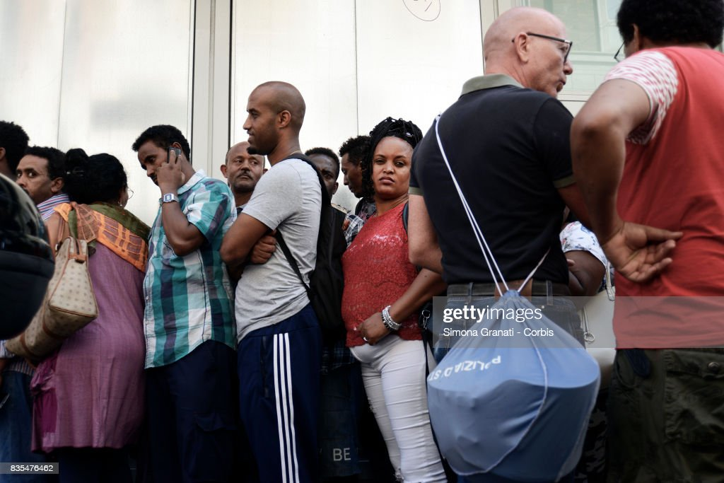 Police evict approx 500 Eritrean and Somali refugees form an occupied building in Piazza Indipendenza.