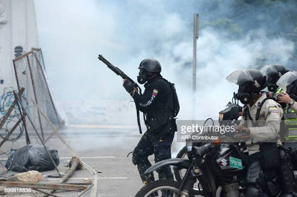 Police in riot gear charge on opposition activists during an antigovernment protest in Caracas on June 22 2017 / AFP PHOTO / Federico Parra