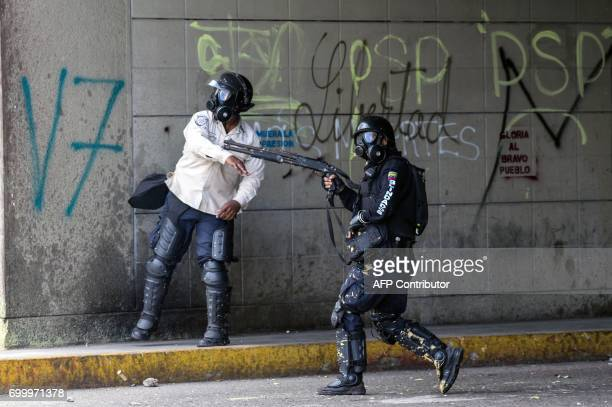 Police in riot gear clash with opposition activists during an antigovernment protest in Caracas on June 22 2017 / AFP PHOTO / FEDERICO PARRA