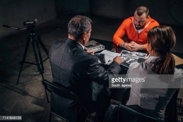 囚人を捜査する警察 - 執行猶予 ストックフォトと画像