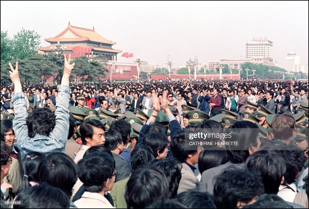 A police line is squeezed by a crowd of student-le : News Photo