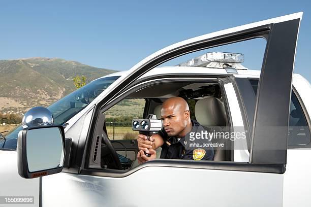 Officier de Police de vérification véhicule débit avec Pistolet radar