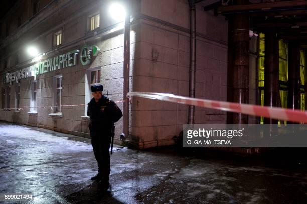 A police officer cordons off the site of a blast in a supermarket in Saint Petersburg on December 27 2017 / AFP PHOTO / Olga MALTSEVA
