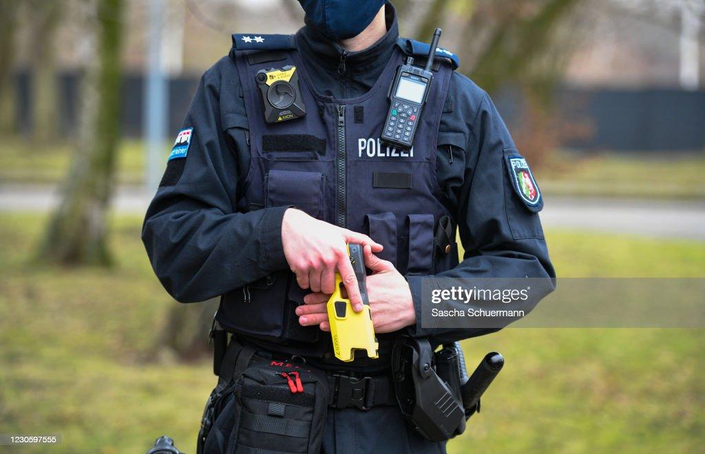 Police Begin Pilot Use Of Tasers : ニュース写真