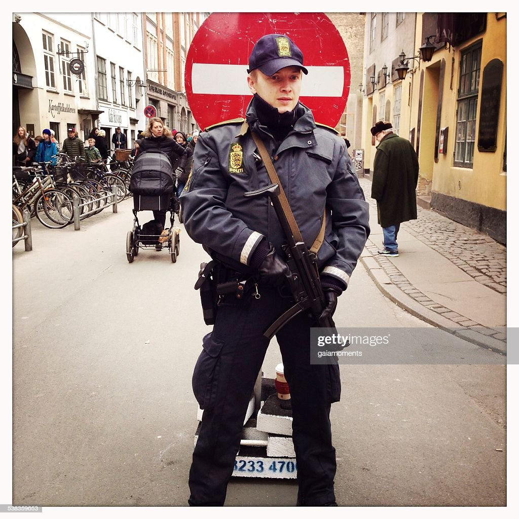 Police officer guarding synagogue in Copenhagen : Stock Photo