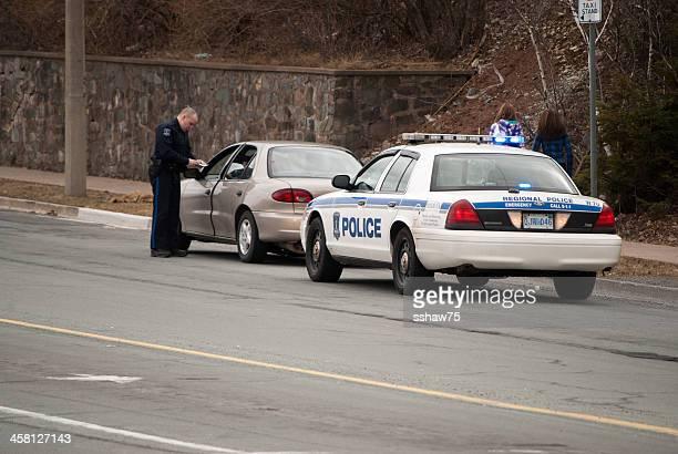 Officier de Police sur un feu arrêt