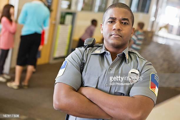 Polizist Überwachung Flur in der Grundschule