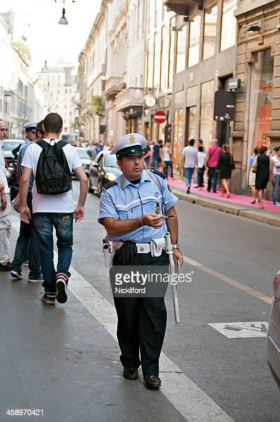 Polícia de sinais proprietário para remover do veículo de aluguer