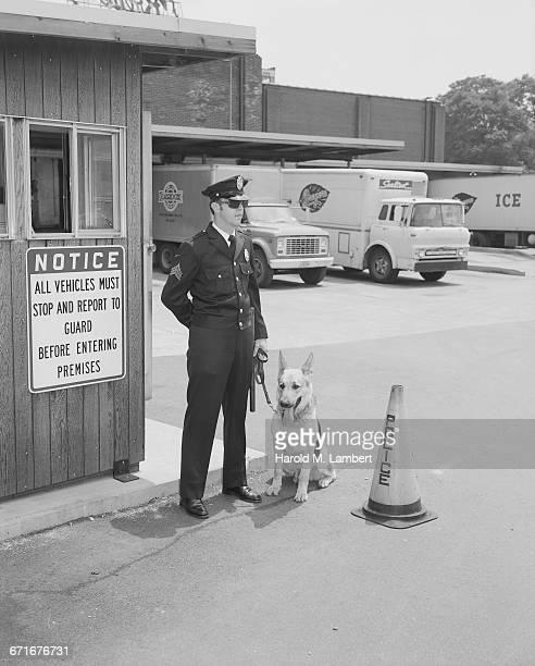 police officer standing with dog - westers schrift stockfoto's en -beelden