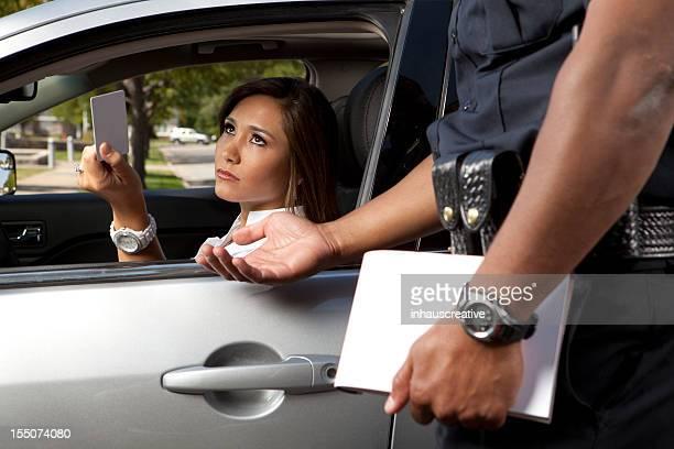 Officier de Police prenant un permis de conduire