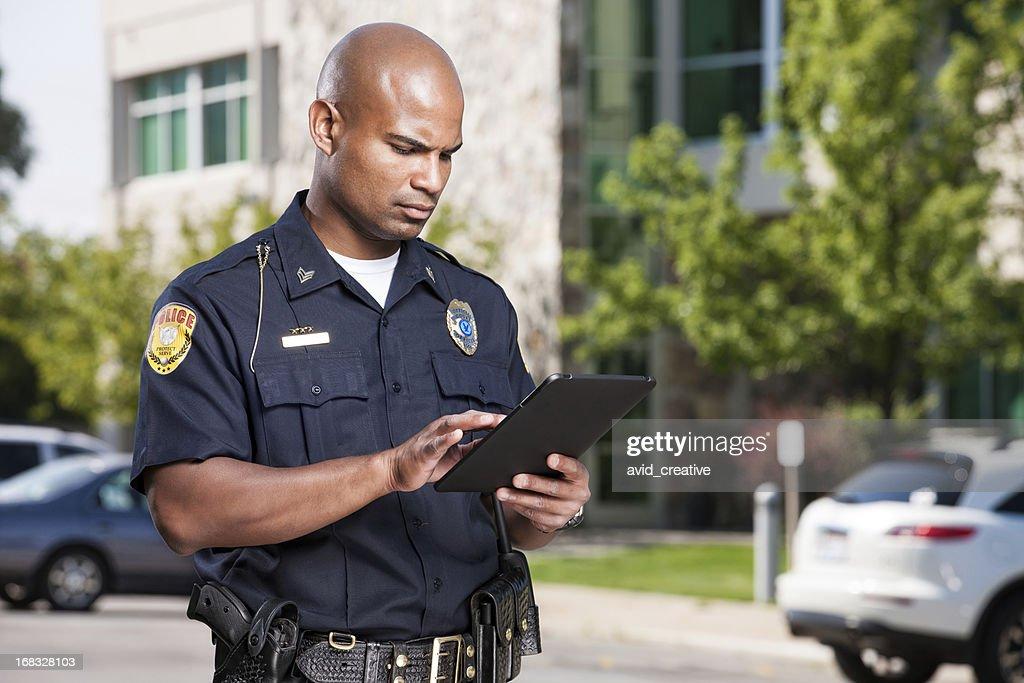 Policial usando computador Tablet : Foto de stock
