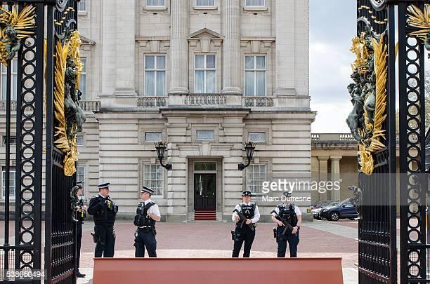 5 policías en la entrada del Palacio de Buckingham