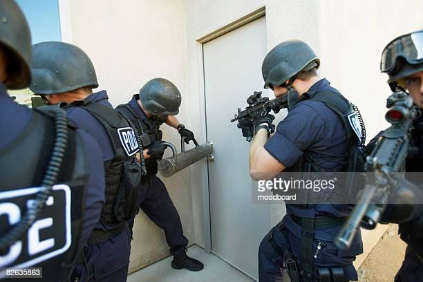 Officiers de Police se briser sur les portes