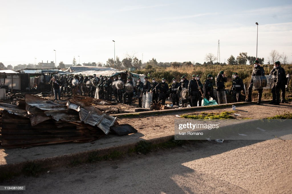Migrants Are Evicted From Makeshift Camps In San Ferdinando : Nachrichtenfoto