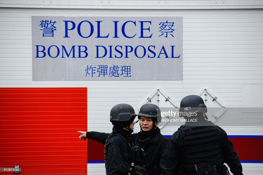 Police officers from the explosive ordinance disposal unit prepare to transport a defused US-made bomb dropped during World War II a day after it was discovered on a harbourfront construction site in the Wan Chai district of Hong Kong on February 1, 2018. A wartime bomb was defused in Hong Kong on February 1 after a busy commercial district went into lockdown, with roads closed and thousands evacuated from surrounding shops, hotels and offices. / AFP PHOTO / Anthony WALLACE