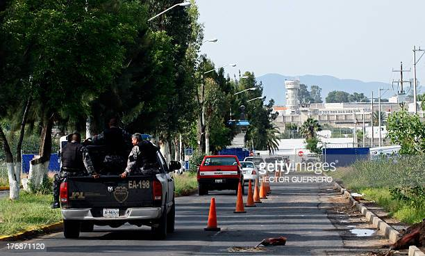 Police officers head to the Puente Grande State prison in Zapotlanejo Jalisco State Mexico on 9 August 2013 where former top Mexican cartel boss...