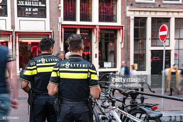 police officers in amsterdam, netherlands - niederlande stock-fotos und bilder