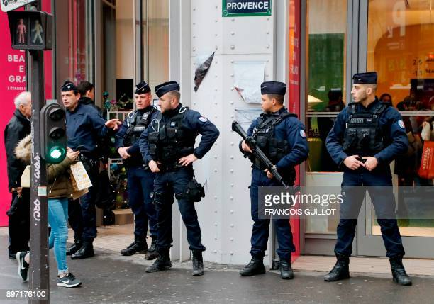Police officers patrol near department stores in Paris before Christmas on December 22 2017 / AFP PHOTO / FRANCOIS GUILLOT