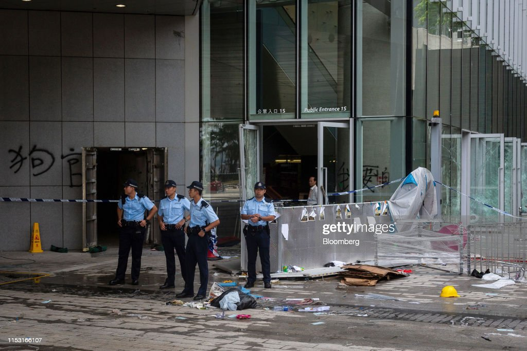 Hong Kong on Edge After Historic Night of Tear Gas and Vandalism : Photo d'actualité