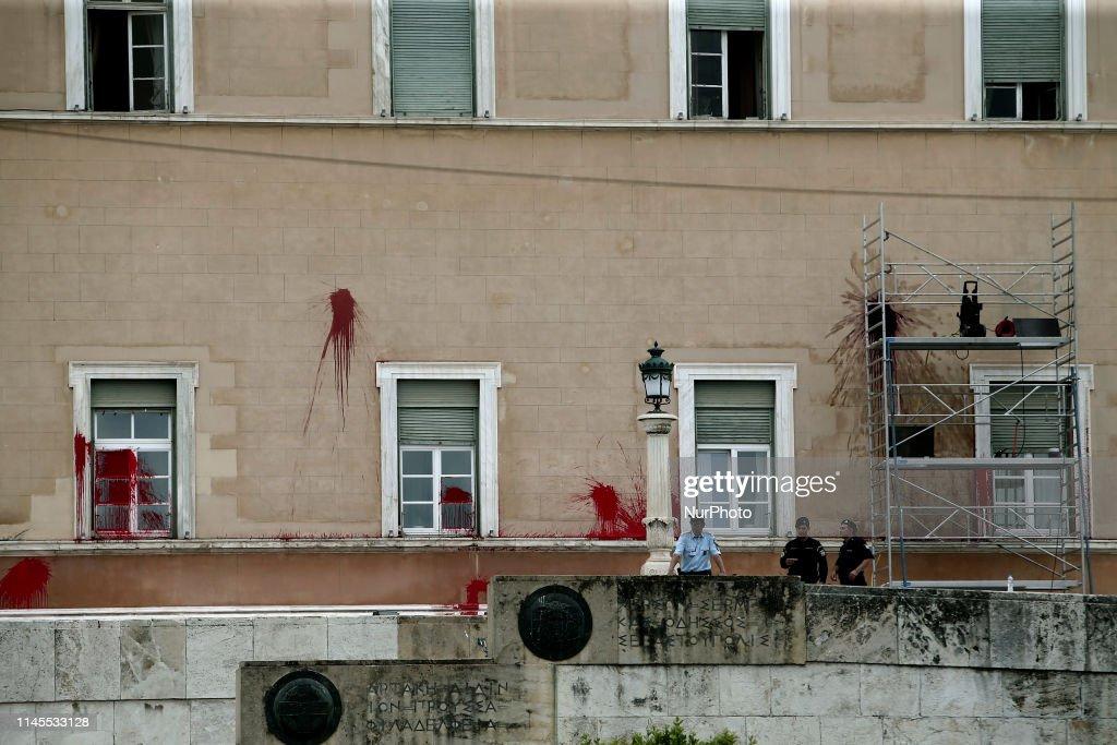 GRC: Anarchist group Rouvikonas attacks Greek Parliament building